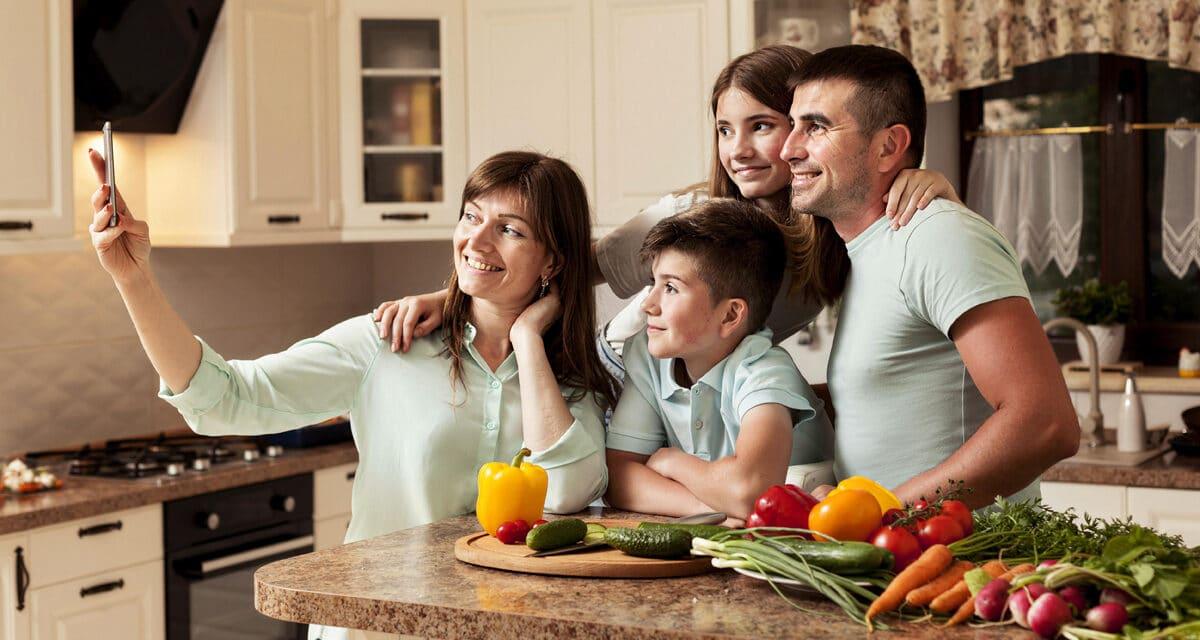 https://www.focus-on.gr/wp-content/uploads/2021/09/family-kitchen-taking-selfie-1200x640.jpg